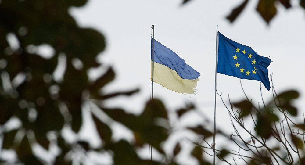 Флаги Украины и Европейского союза. Архивное фото