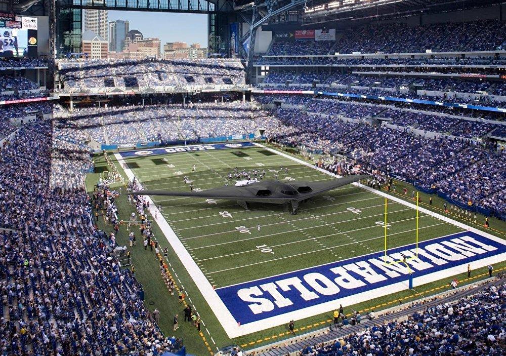 Bumbvedējs B -2 ir ne tikai visdārgākais iznicinātājs pasaulē, bet arī viens no lielākajiem, tā spārnu vēziena platums ir 52,4 metri. Tas ir gandrīz par 4 metriem platāks, nekā standarta amerikāņu futbola laukums.