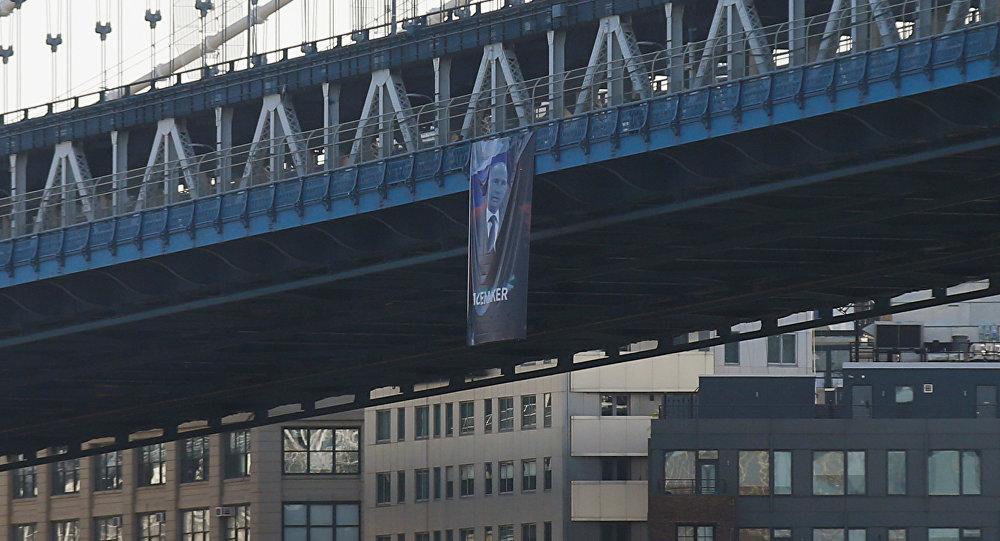 Plakāts ar Krievijas prezidenta Vladimira Putina attēlu uz Manhetenas tilta Ņujorkā. Foto no arhīva