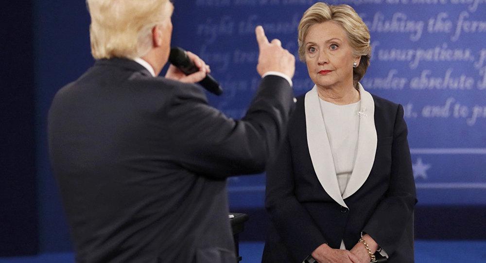 Hilarija Klintone debašu laikā ar Donaldu Trampu.