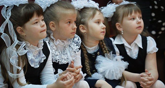 Ученицы на празднике в школе
