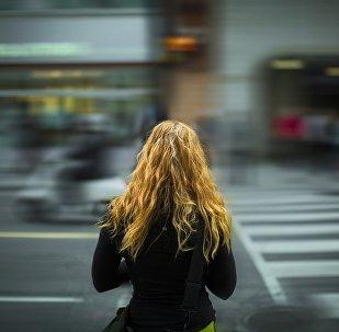 Девушка на пешеходном переходе, архивное фото