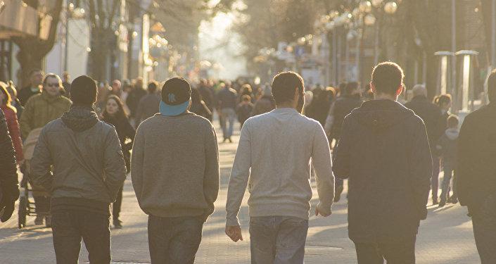 Cilvēki Jūrmalas ielās