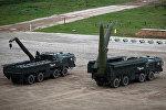 Ракетный комплекс Искандер-М (справа)