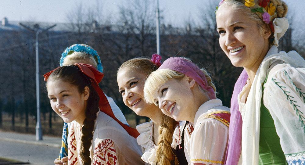 Девушки в национальных белорусских костюмах