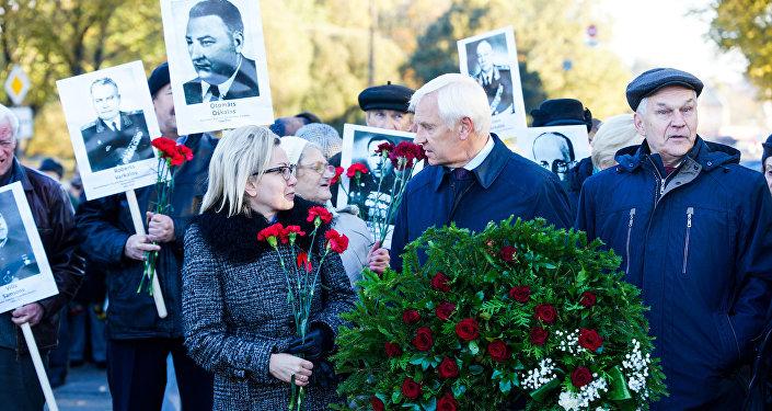 Участники возложения цветов к Памятнику Воинам-освободителям Риги 13 октября