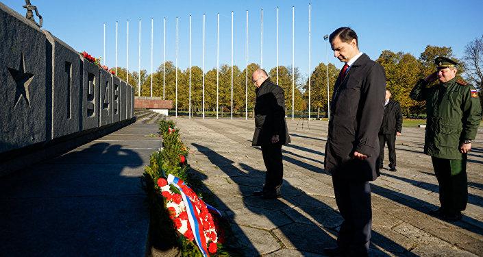 Дипломаты Белорусии и России возложили венки к памятнику Воинам-освободителям Риги