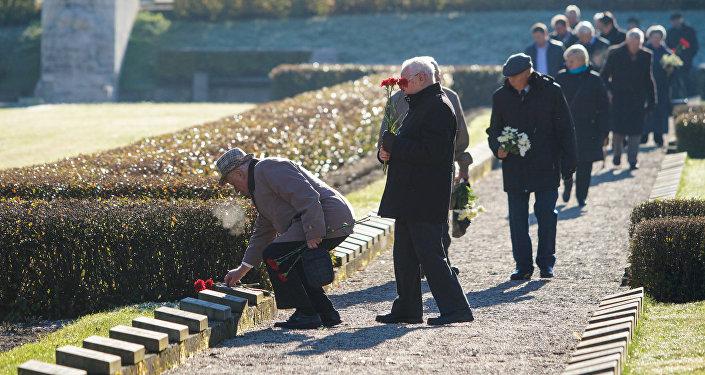 Ветераны 130-го латышского стрелкового корпуса и партизанских бригад возложили цветы на Братском кладбище