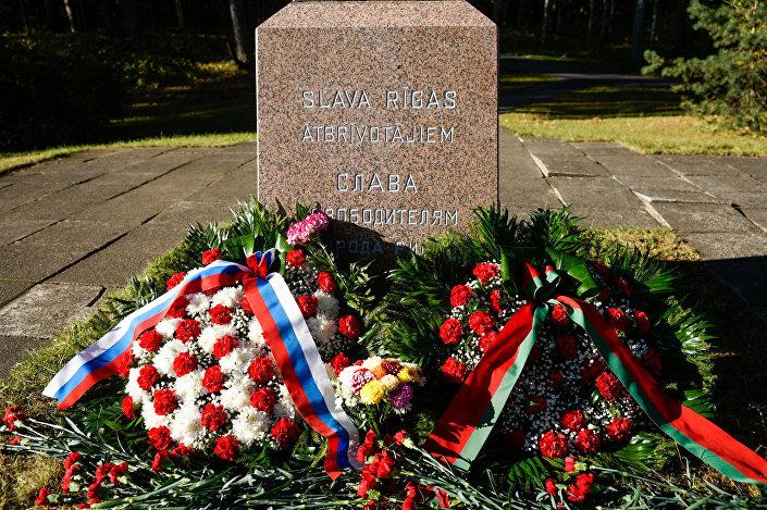 У памятной стелы воинам 374-й и 376-й стрелковых дивизий и 285-го отдельного механизированного батальона участвоваших в форсировании Киш-озера 12 октября 1941 года