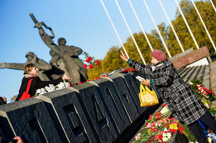 13 октября День освобождения Риги от немецко-фашистских захватчиков у памятника Воинам-освободителям