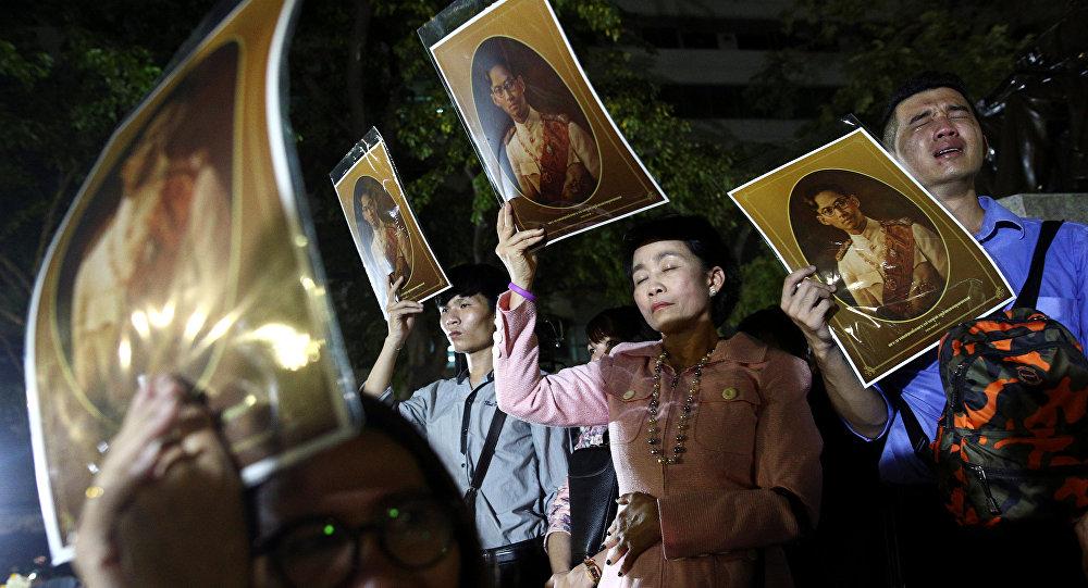 Люди с фотографиями короля Таиланда Пхумипхона Адулъядета