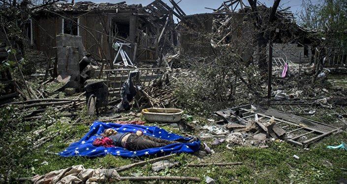 Vietējās iedzīvotājas mirstīgās atliekas Luganskas staņicā, kam uzbruka Ukrainas bruņoto spēku aviācija