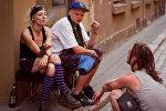 Молодые люди на улочке Старого города в Риге