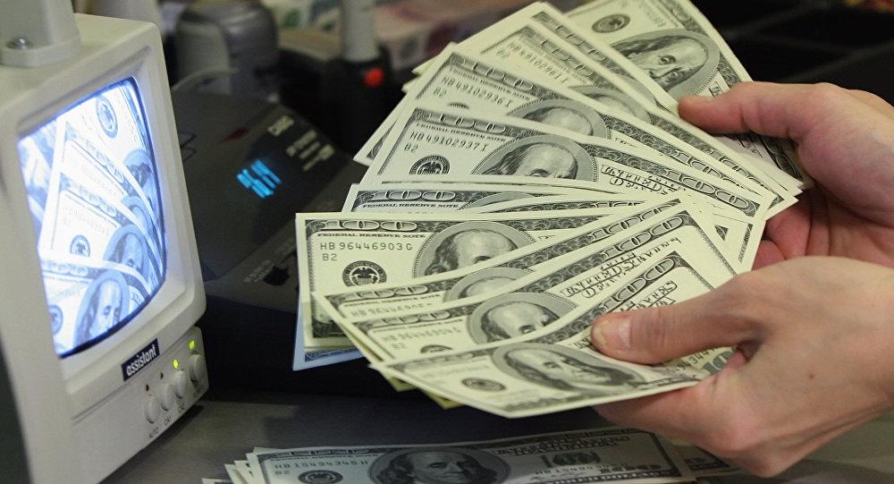Dolāru pārbaude. Foto no arhīva