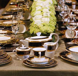 Сервировка стола, архивное фото