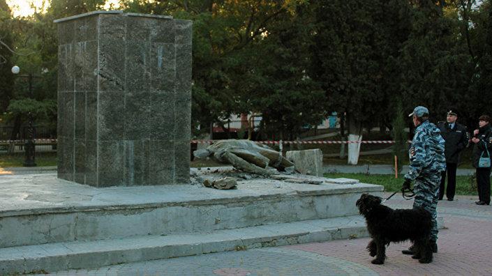 Разрушенный вандалами памятник Ленину, установленный в городском саду Судака