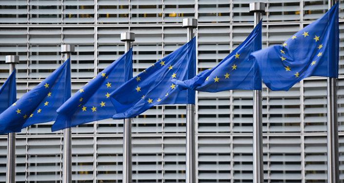 Флаги Евросоюза у здания штаб-квартиры Европейской комиссии в Брюсселе, архивное фото