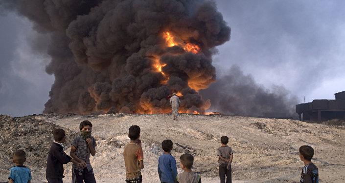 Горящая нефтяная скважина в Каяра к югу от Мосула, Ирак