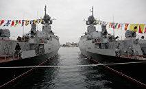 Mazie raķešu kuģi Zeļenij dol (no kreisās) un Serpuhov ar universālajiem raķešu kompleksiem Kalibr NK
