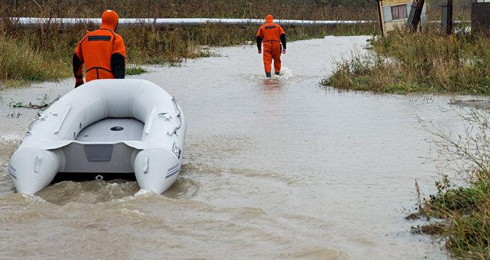 Архивное фото спасателей во время наводнения