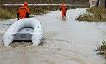 Glābēji plūdu laikā. Foto no arhīva