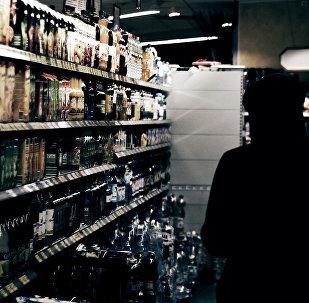 Полки в магазине с алкогольной продукцией