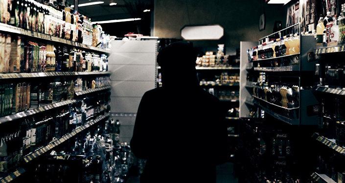 Plaukti veikalā ar alkoholiskajiem dzērieniem. Foto no arhīva