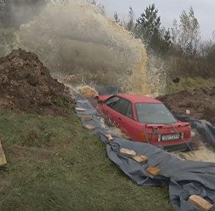 Pensionārs no Latvijas noslīcinājis mašīnu kokakolas baseinā
