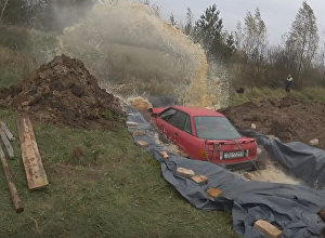 Пенсионер из Латвии утопил свой автомобиль в яме с Кока-колой