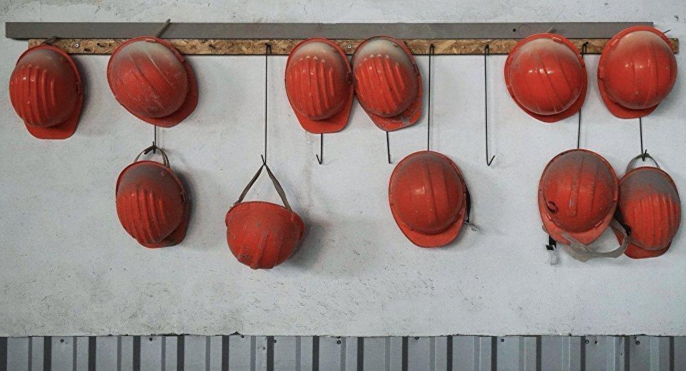 Strādnieku ķiveres rūpnīcā. Ilustratīva fotogrāfija