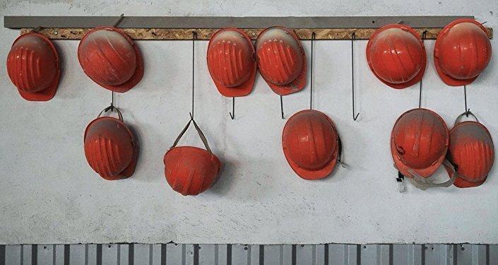 Каски рабочих на заводе