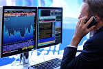 На экране транслируются биржевые графики и диаграммы