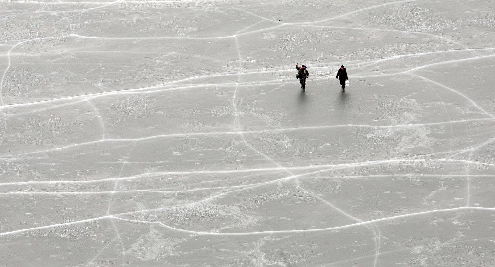 Люди на льду. Архивное фото