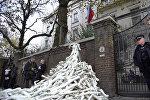 Протестующие у посольства РФ в Лондоне соорудили пирамиду из пластиковых рук