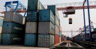Контейнеры в порту, архивное фото