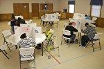 Избиратели заполняют бюллетени на выборах президента США, 8 ноября