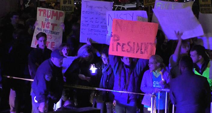 ASV tūkstošiem cilvēku protestē pret Trampa uzvaru