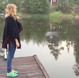 Шведке удалось позвать дикого лебедя с помощью традиционной песни
