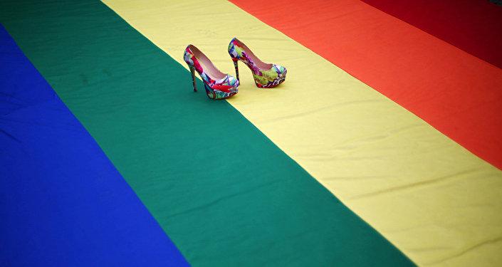 Радужный флаг во время акции ЛГБТ-сообщества