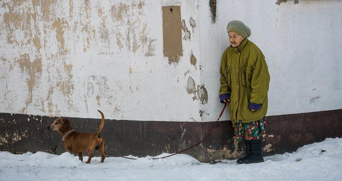 Жительница Лудзы с собачкой