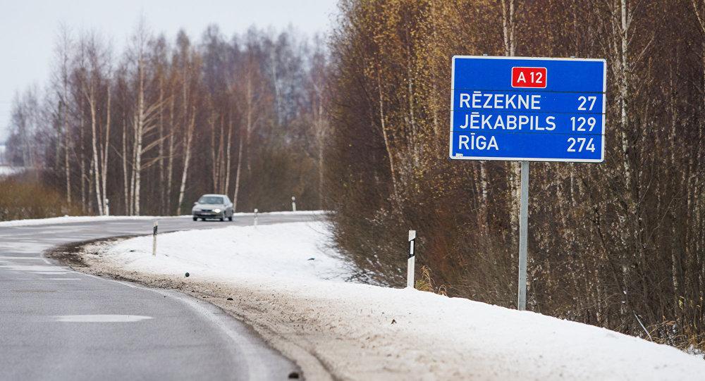 Город Лудза на окраине Латвии. Дорога А12 проходящая через город, магистраль транcпортного коридора Рига - Москва