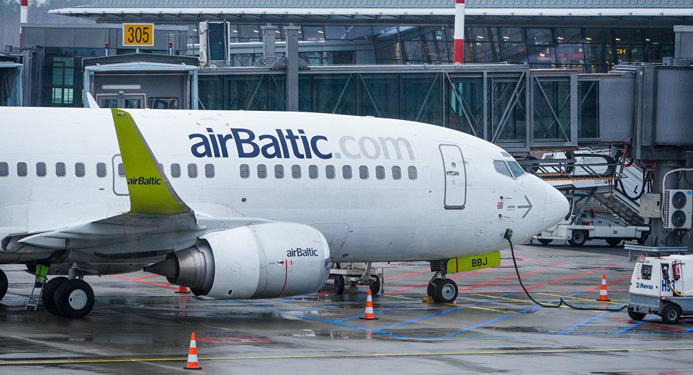Самолет аirBaltic у Северного терминала аэропорта Риги, архивное фото