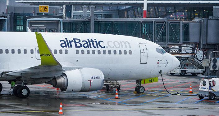 Самолет аirBaltic у Северного терминала аэропорта Риги