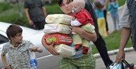 Молодая мать с младенцем и подгузниками