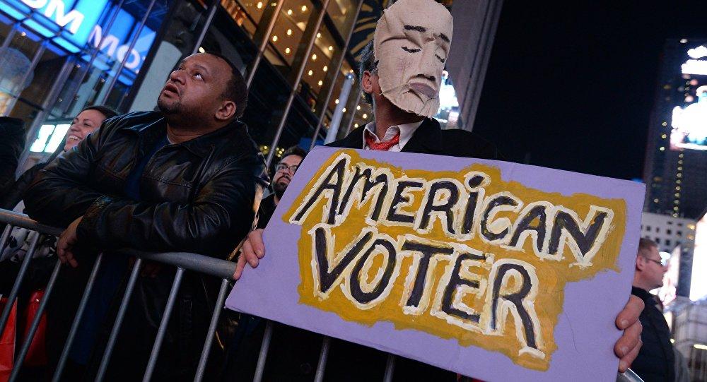 Pilsētnieki Taimskvērā Ņujorkā balsu skaitīšanas laikā. Foto no arhīva
