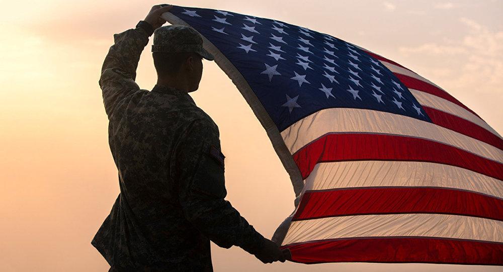 Amerikāņu karavīrs ar ASV karogu. Foto no arhīva