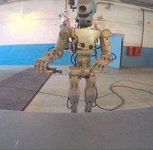 Progress iet uz priekšu: robots trenējas lidojumiem kosmosā