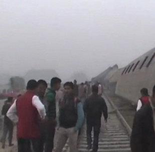 Indijā no sliedēm noskrien vilciens