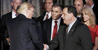 Дональд Трамп пожимает руку губернатору Нью-Джерси Крис Кристи, архивное фото