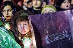 Сторонники оппозиции и жители Киева во время ночных акций на площади Независимости, февраль 2014 года